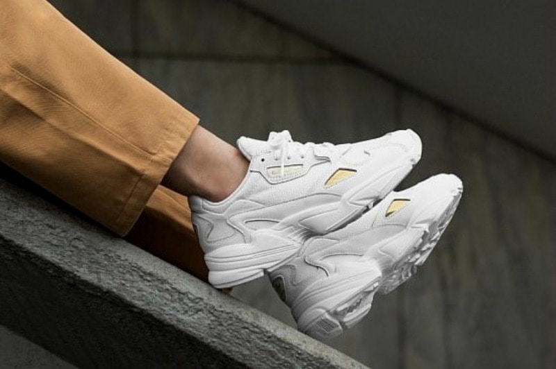 [해외]아디다스 우먼스 팔콘 Adidas W Falcon ​White Gold Metallic EE8838